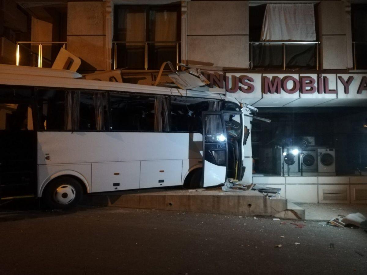 İzmir'de işçi servisi mobilya mağazasına daldı: 12 yaralı #7