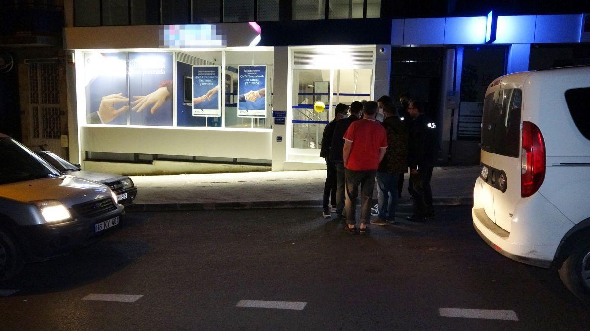 Bursa da bir bankanın camını kırarak içeri giren hırsızlar 200 lira çaldı #2