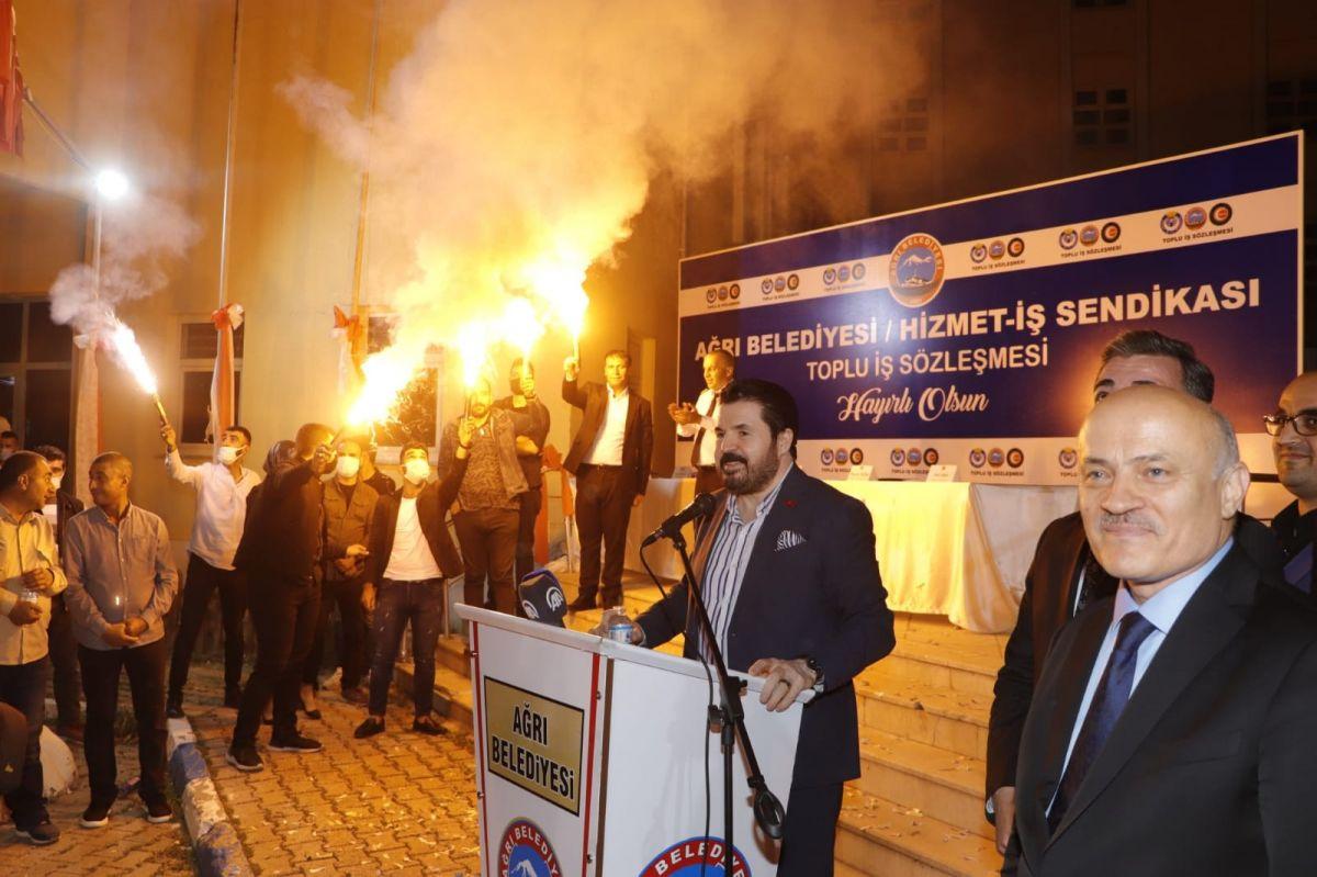 Ağrı Belediyesi çalışanları bin liralık zammımeşale ve halaylarla kutladı #3