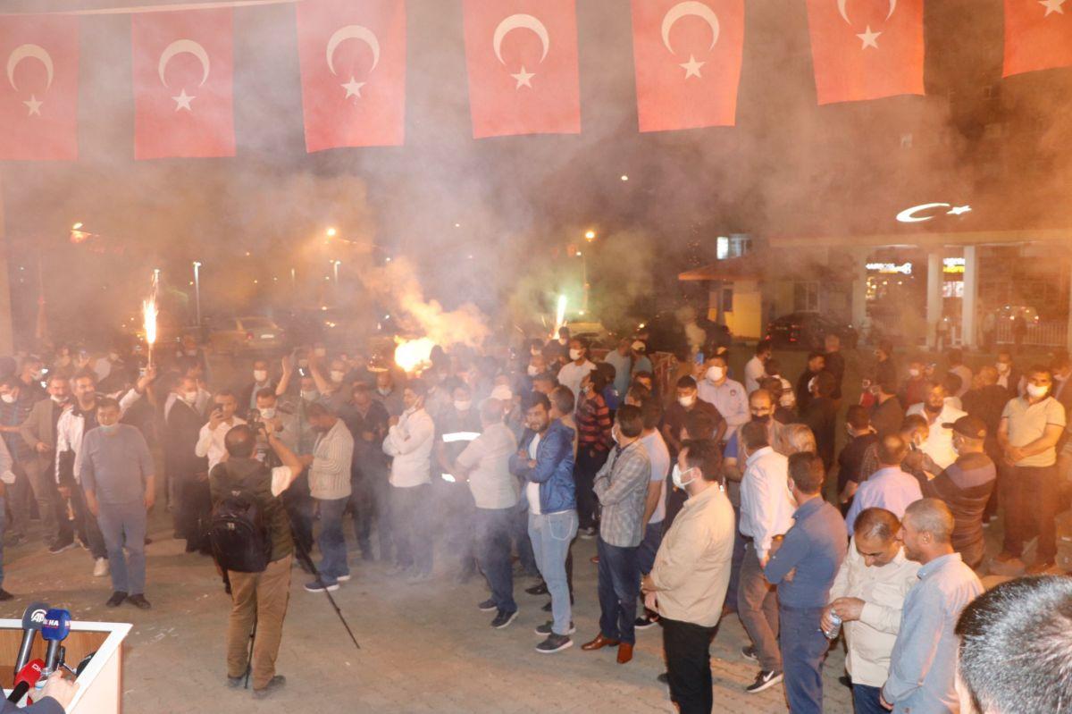 Ağrı Belediyesi çalışanları bin liralık zammımeşale ve halaylarla kutladı #1