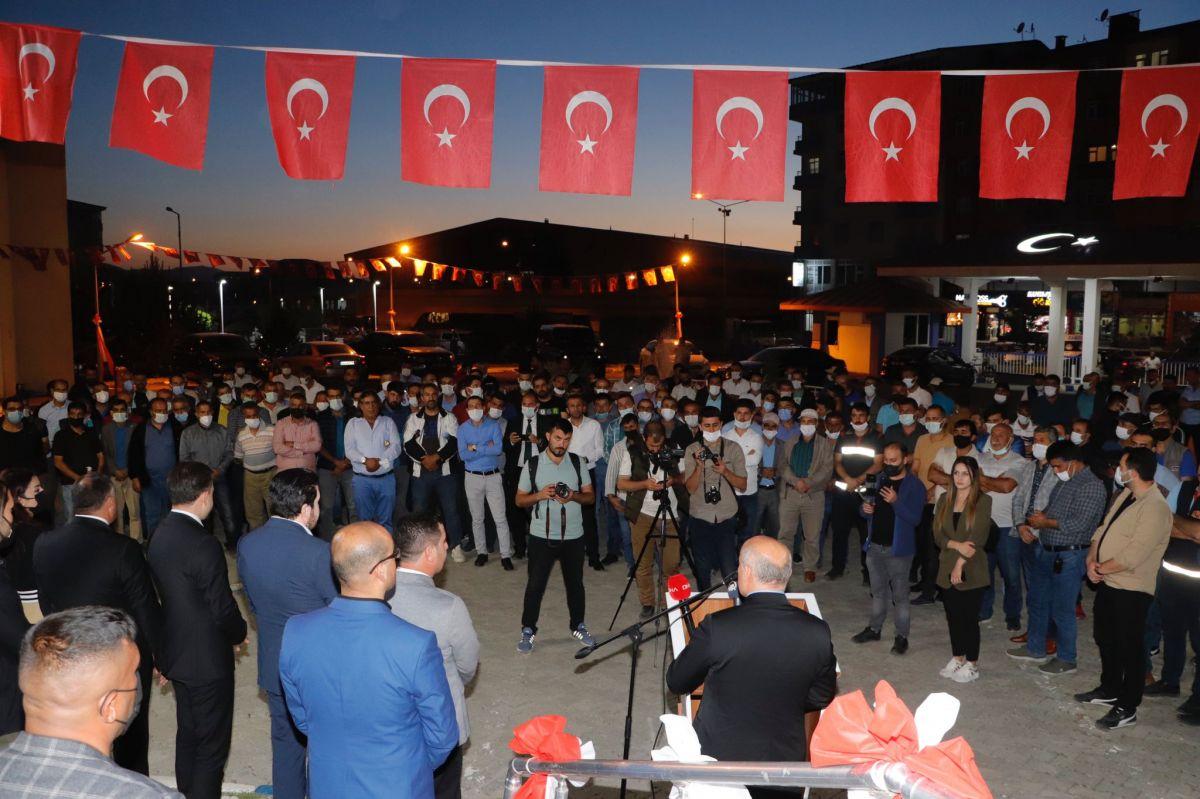 Ağrı Belediyesi çalışanları bin liralık zammımeşale ve halaylarla kutladı #10