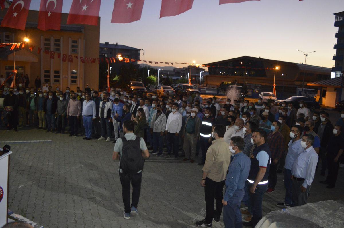Ağrı Belediyesi çalışanları bin liralık zammımeşale ve halaylarla kutladı #9