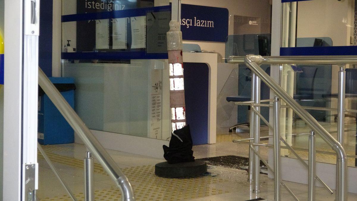Bursa da bir bankanın camını kırarak içeri giren hırsızlar 200 lira çaldı #5