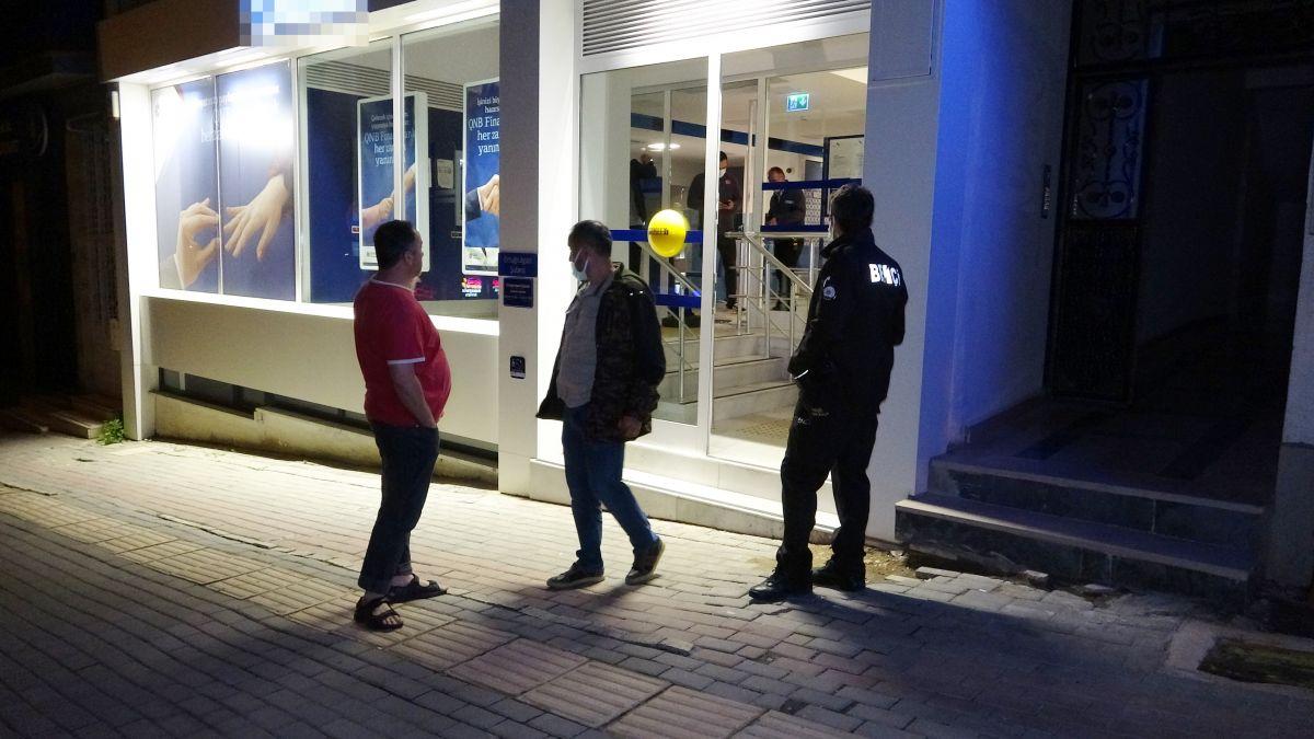 Bursa da bir bankanın camını kırarak içeri giren hırsızlar 200 lira çaldı #4