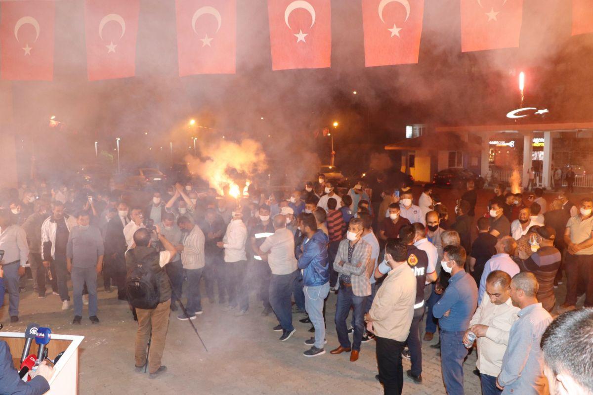 Ağrı Belediyesi çalışanları bin liralık zammımeşale ve halaylarla kutladı #2