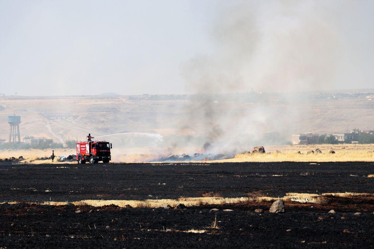 Diyarbakır da havalimanı yakınında anız yangını #1