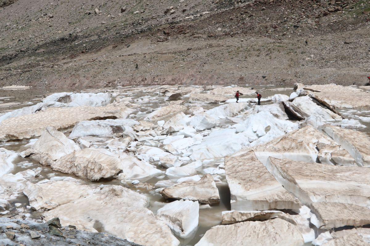 Hakkari de 20 bin yıllık buzullarda erime başladı #7