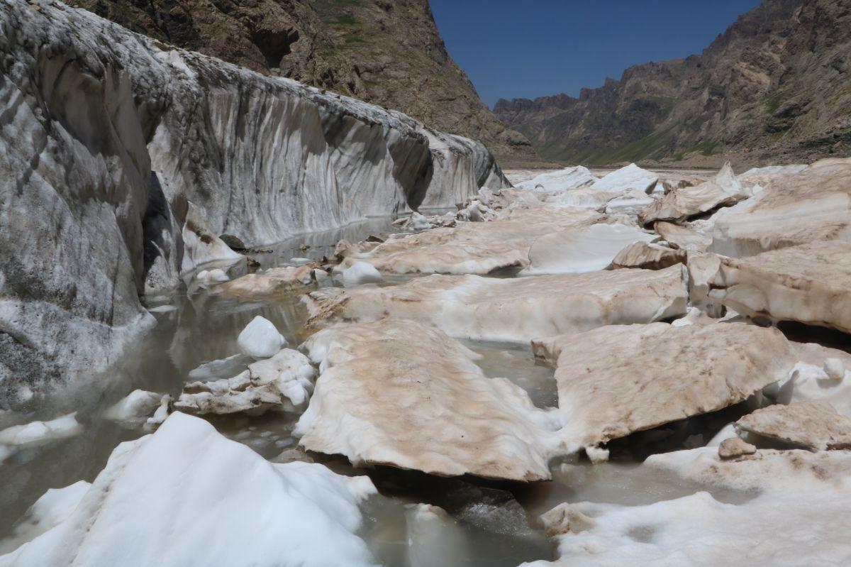 Hakkari de 20 bin yıllık buzullarda erime başladı #9