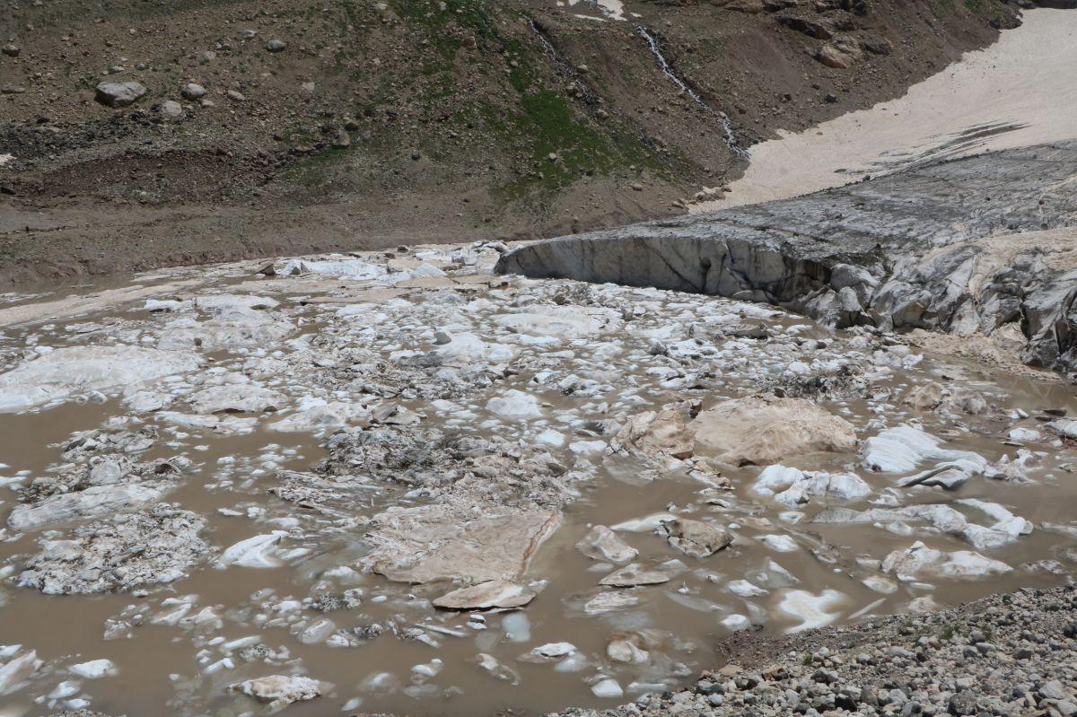 Hakkari de 20 bin yıllık buzullarda erime başladı #10