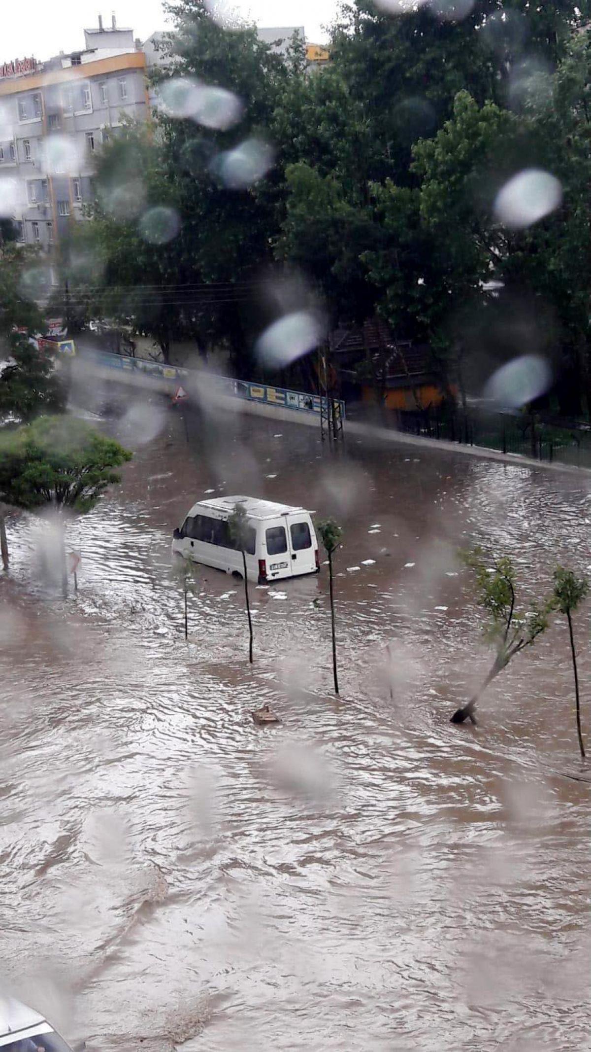 Ankara da cadde ve sokaklar göle döndü #1