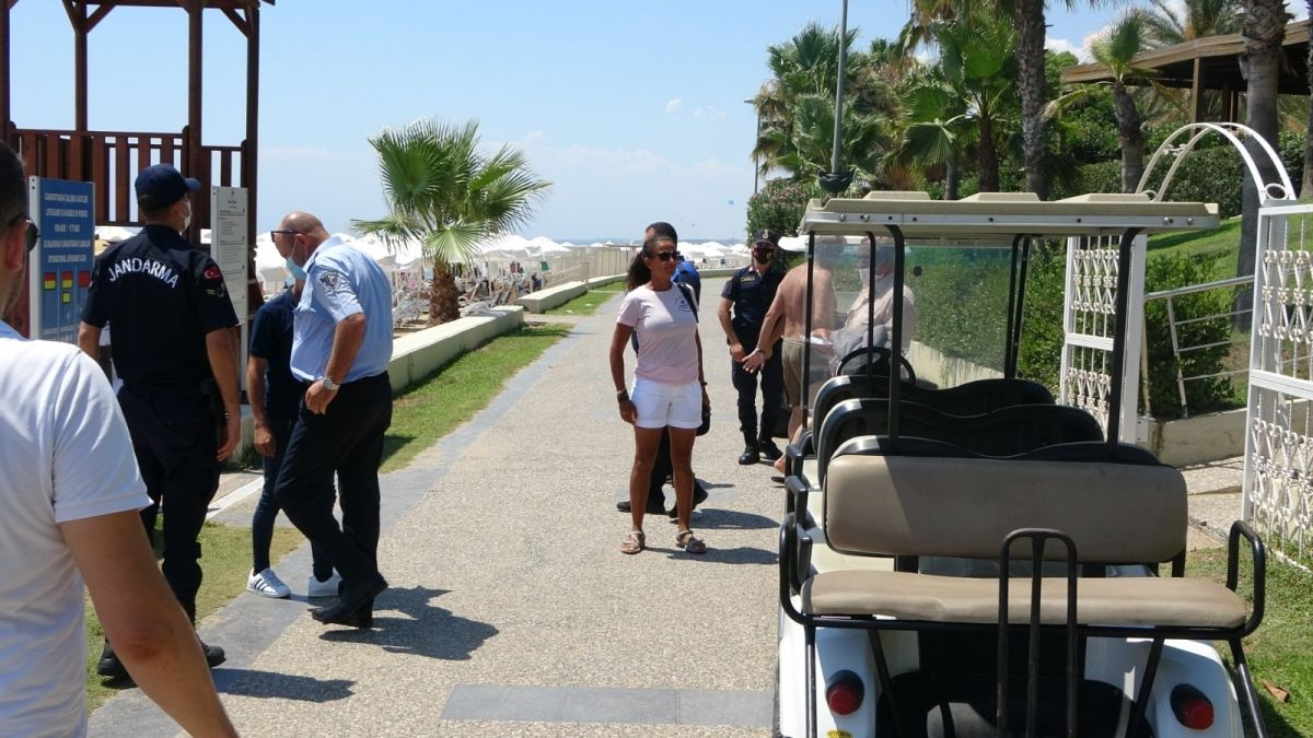 Antalya'da caretta caretta ya eziyet çektiren Rus turistlere ceza #3