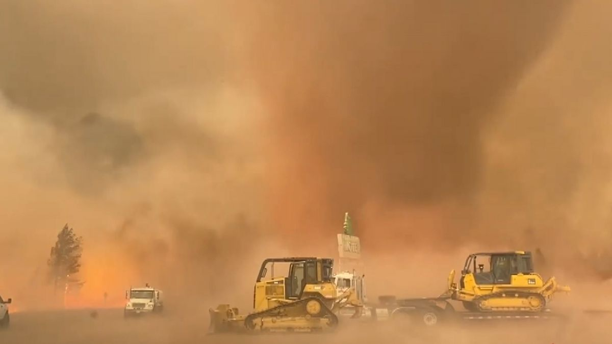 ABD'de orman yangını sırasında 'alev hortumu' çıktı #1