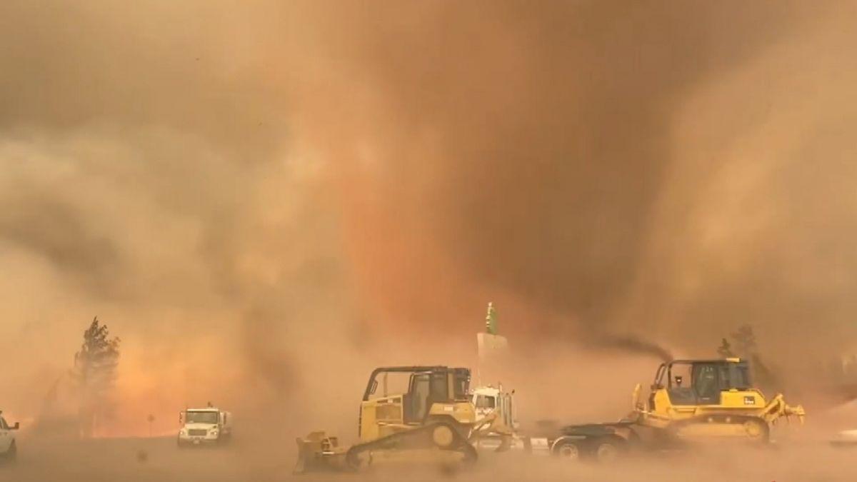 ABD'de orman yangını sırasında 'alev hortumu' çıktı #2