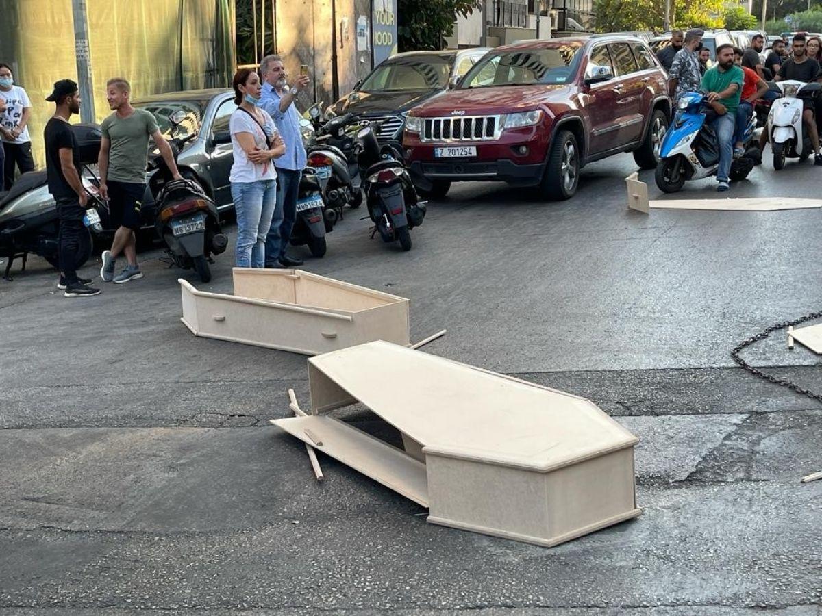 Beyrut Limanı patlamasında yakınlarını kaybeden ailelerden tabutlu protesto #3