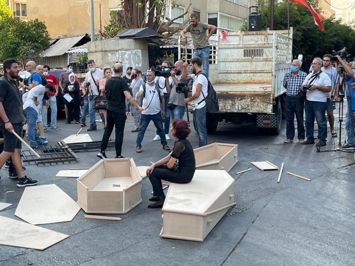 Beyrut Limanı patlamasında yakınlarını kaybeden ailelerden tabutlu protesto #1