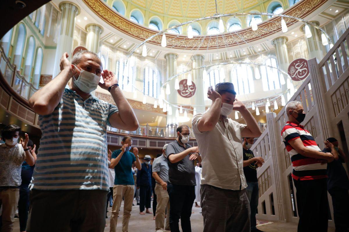Taksim Camii nde ilk bayram namazı kılındı #4