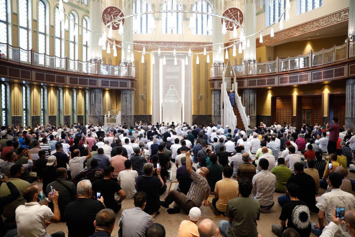 Taksim Camii nde ilk bayram namazı kılındı #9