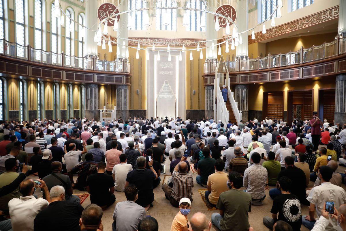 Taksim Camii nde ilk bayram namazı kılındı #1