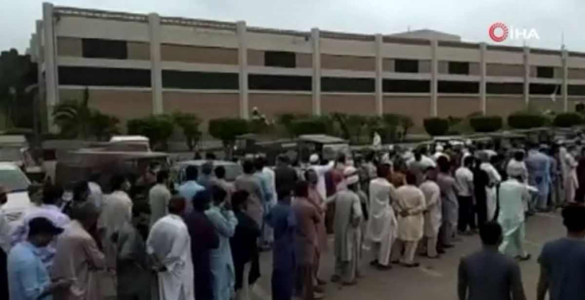 Pakistan da vatandaşlar koronavirüs aşı merkezlerine hücum etti #4