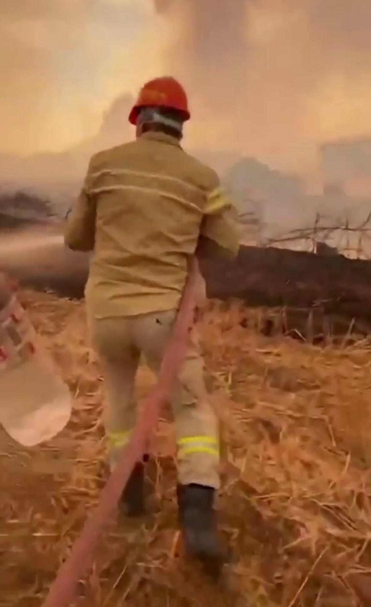 Adana da bir itfaiye eri, su içmeyi reddedip yangına müdahaleye devam etti #2