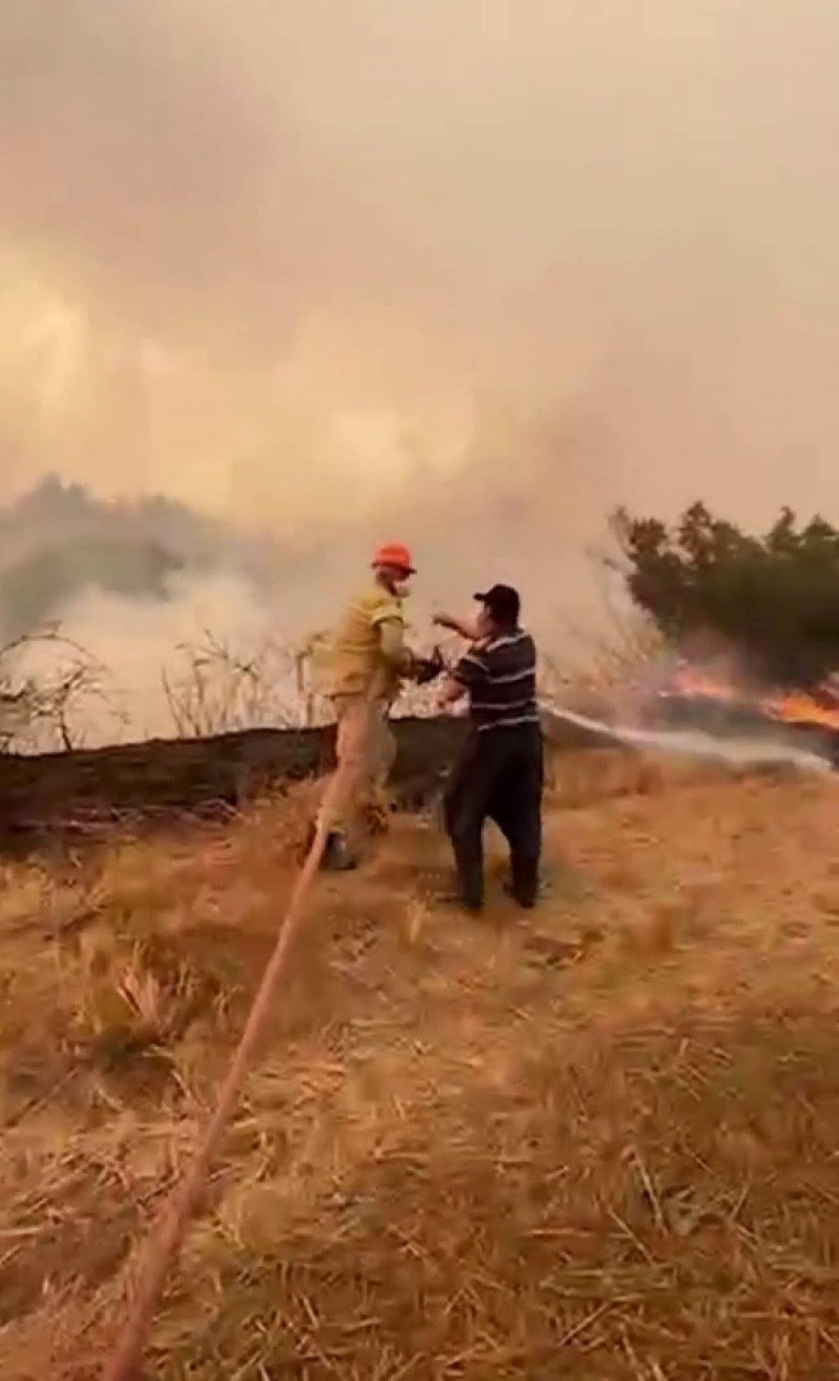 Adana da bir itfaiye eri, su içmeyi reddedip yangına müdahaleye devam etti #3