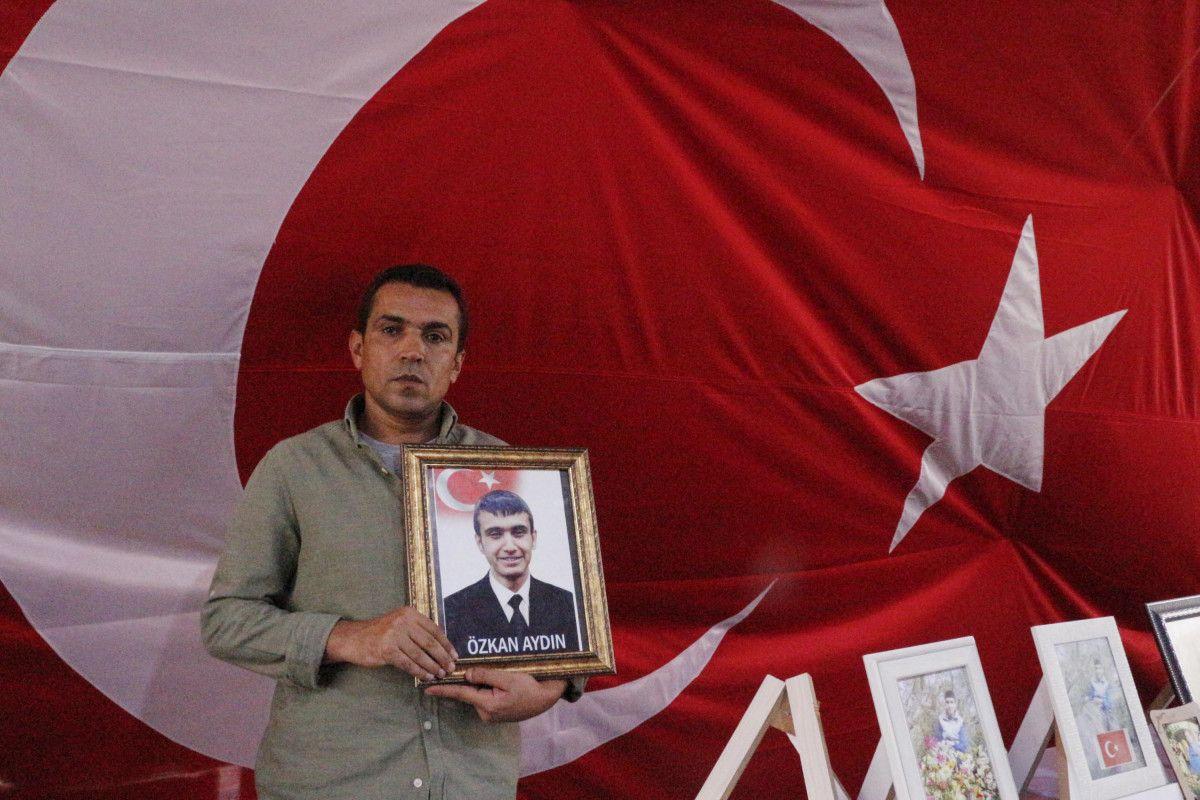 Diyarbakır HDP binası önündeki baba: Oğlumu PKK ya sattılar #5