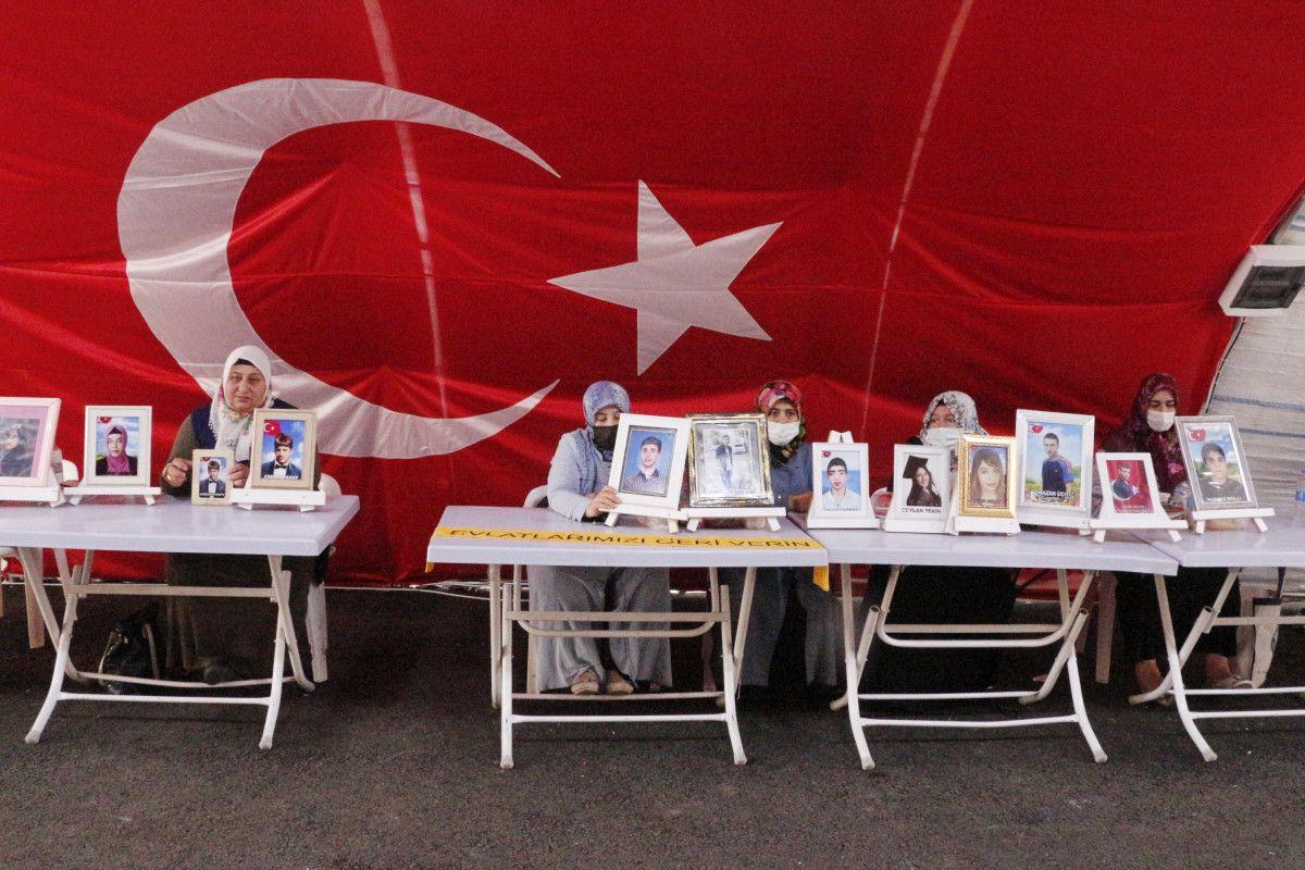 Diyarbakır HDP binası önündeki baba: Oğlumu PKK ya sattılar #4