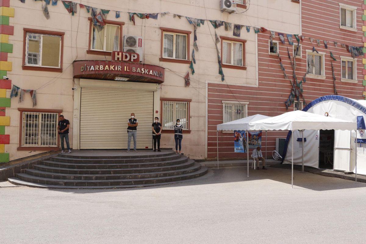 Diyarbakır HDP binası önündeki baba: Oğlumu PKK ya sattılar #1