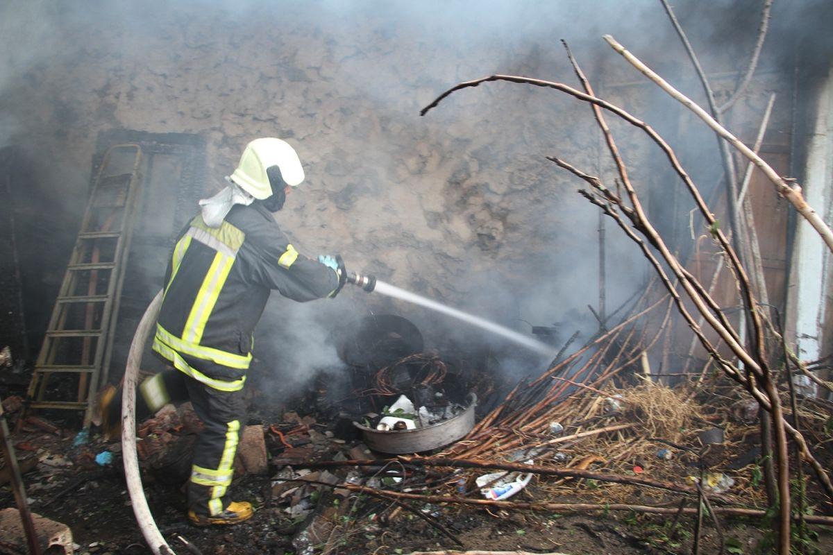 Manisa da bir kişi bahçede yemek pişirmek isterken evi yaktı #1