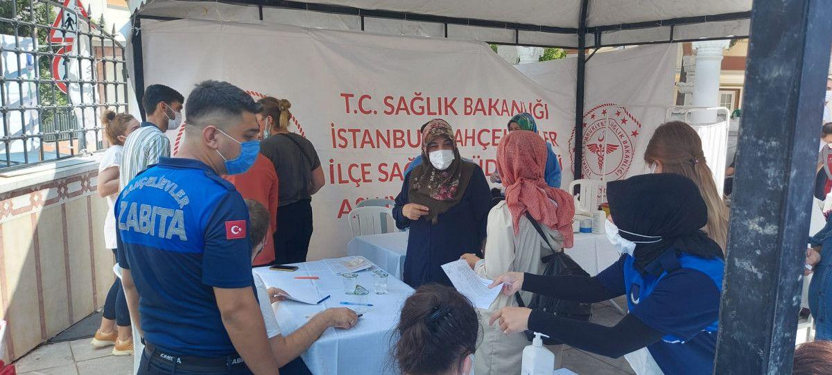 Bahçelievler'de cami avlusuna seyyar aşı istasyonu kuruldu #5
