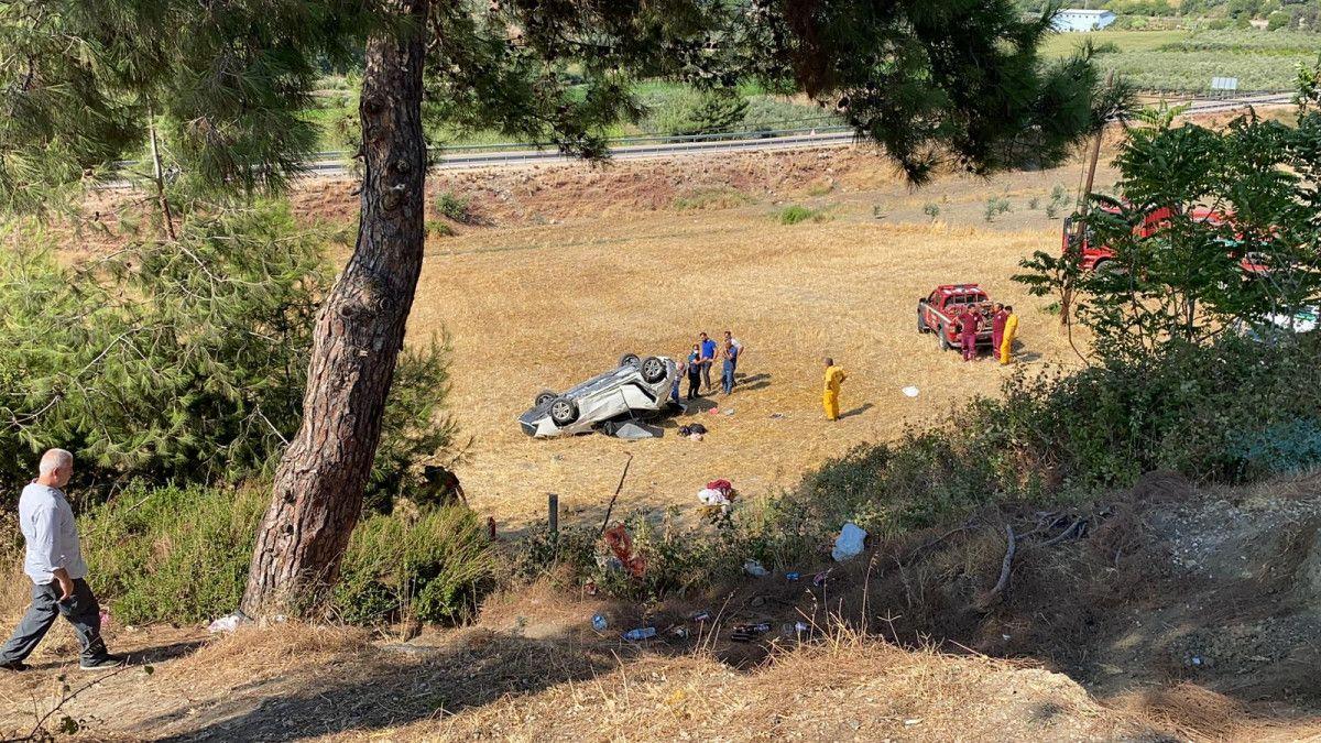Osmaniye de otomobil, bariyere çarpıp şarampole yuvarlandı #6