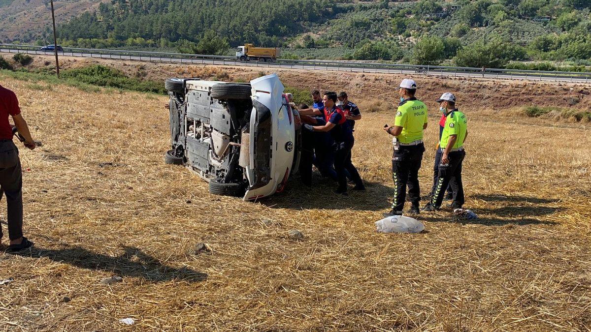 Osmaniye de otomobil, bariyere çarpıp şarampole yuvarlandı #5