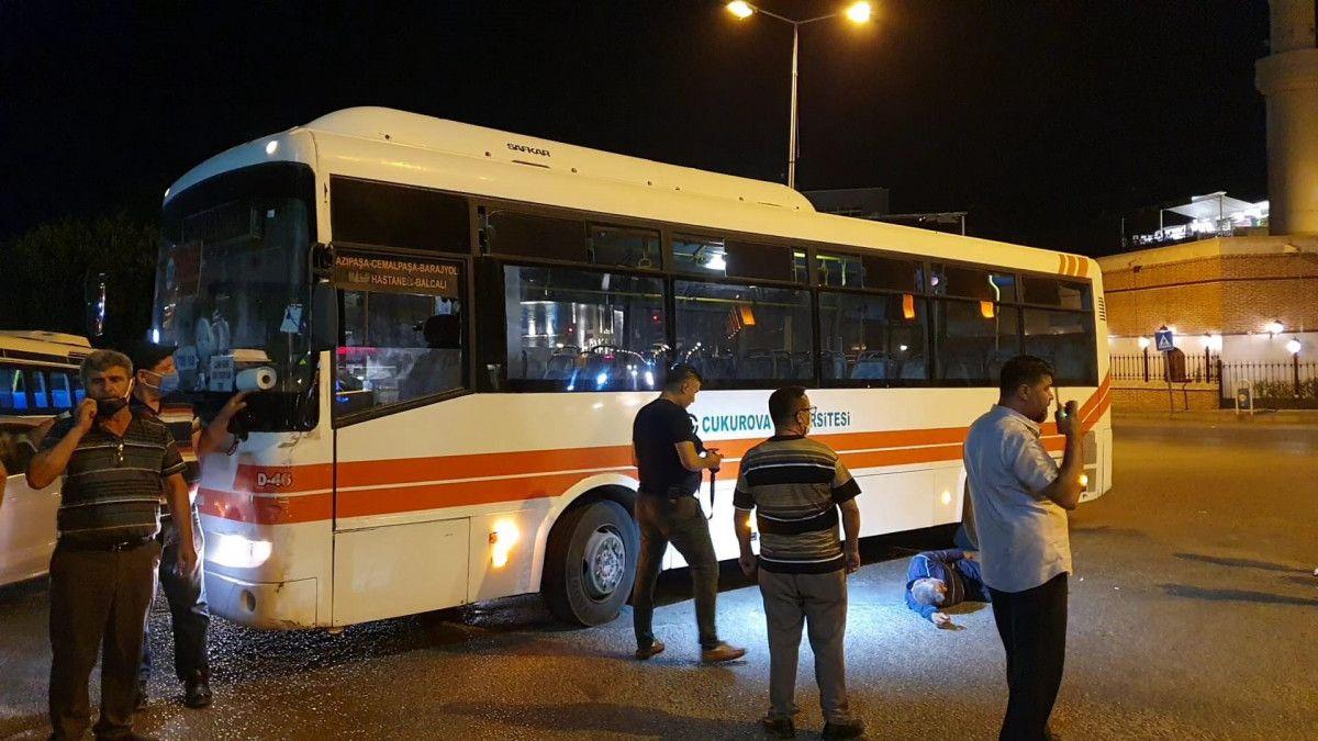 Adana da tartıştığı kişiyi boynundan bıçaklayan saldırgana, otobüs çarptı #1