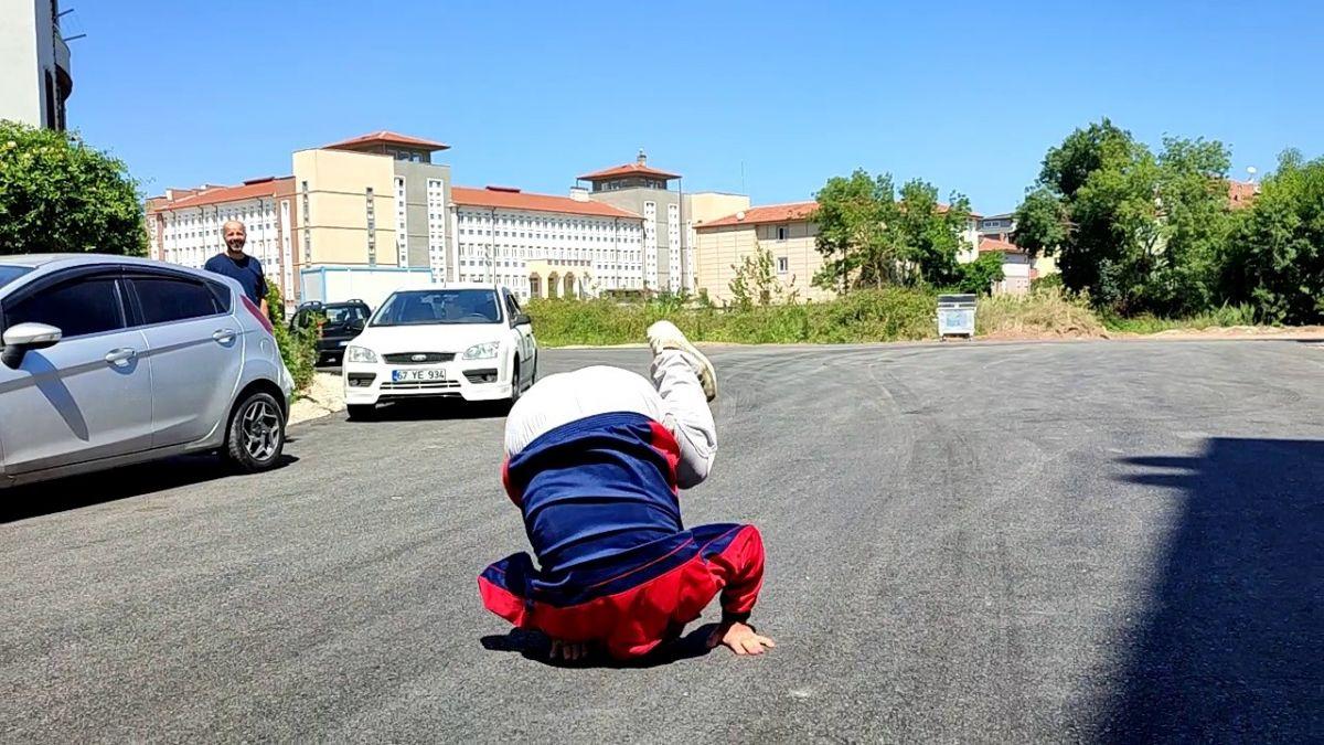 Sakarya da yıllardır beklediği asfalt yola kavuşan yaşlı adam taklalar attı #2