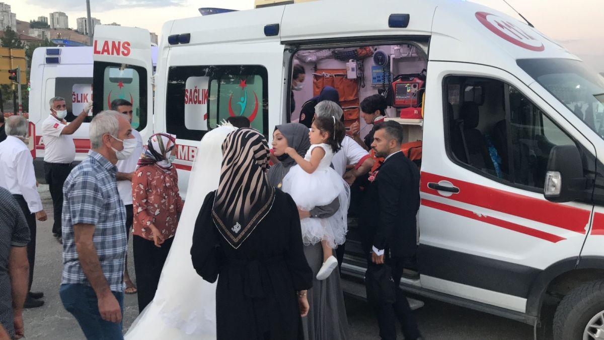 Elazığ da düğüne giderken teyzesinin kaza yaptığını gören gelin, ambulansa koştu #4