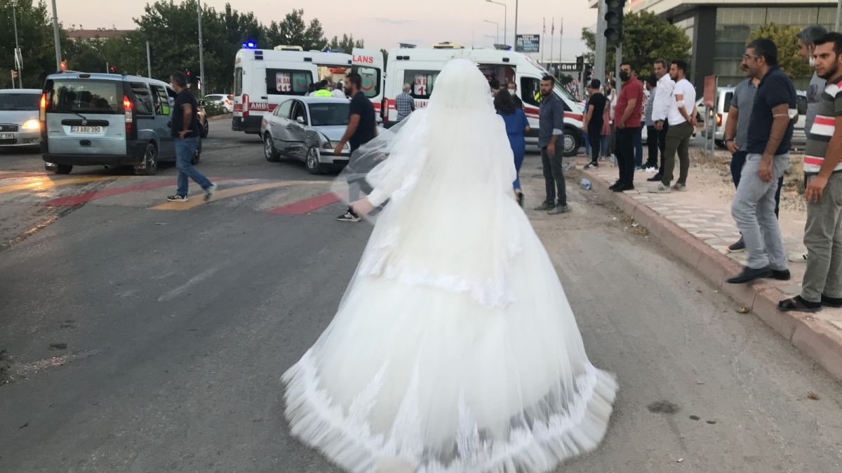 Elazığ da düğüne giderken teyzesinin kaza yaptığını gören gelin, ambulansa koştu #1