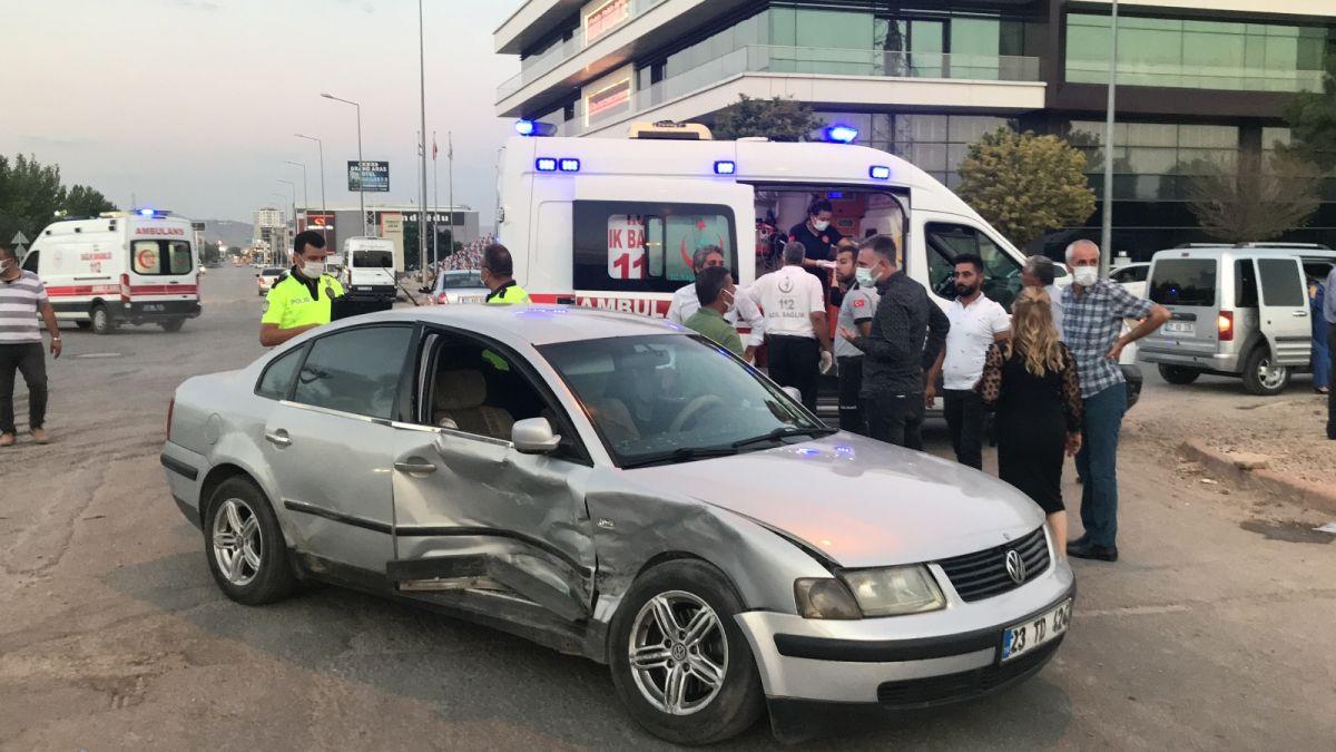 Elazığ da düğüne giderken teyzesinin kaza yaptığını gören gelin, ambulansa koştu #7