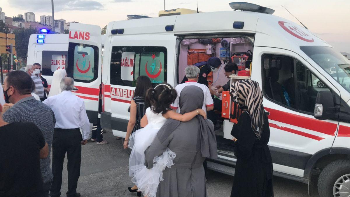 Elazığ da düğüne giderken teyzesinin kaza yaptığını gören gelin, ambulansa koştu #10
