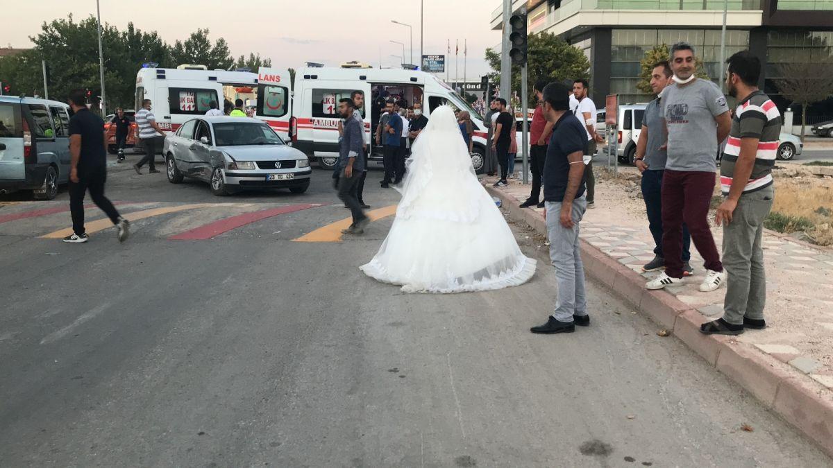 Elazığ da düğüne giderken teyzesinin kaza yaptığını gören gelin, ambulansa koştu #3