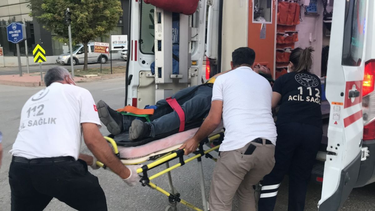 Elazığ da düğüne giderken teyzesinin kaza yaptığını gören gelin, ambulansa koştu #8