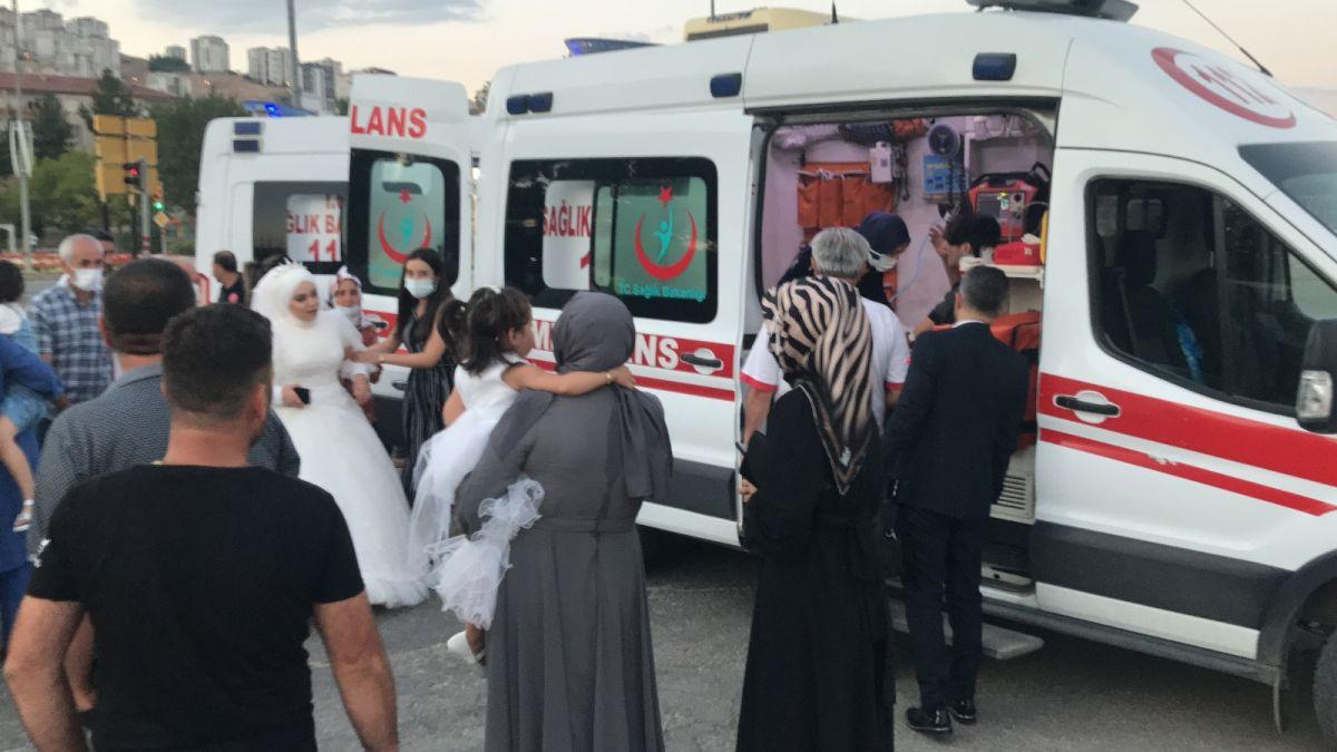 Elazığ da düğüne giderken teyzesinin kaza yaptığını gören gelin, ambulansa koştu #9