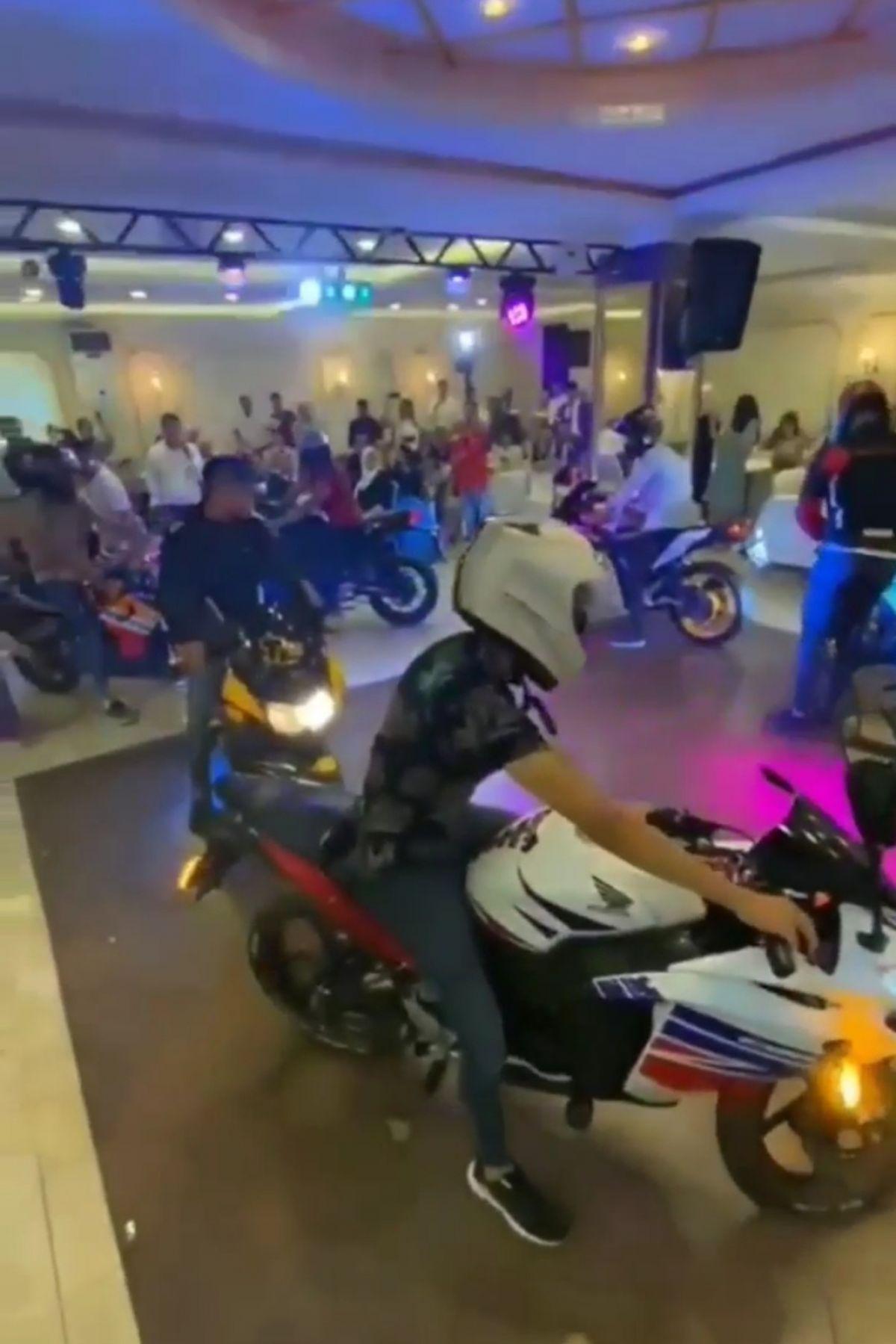 Hatay da düğün salonuna motosikletleriyle girdiler #1