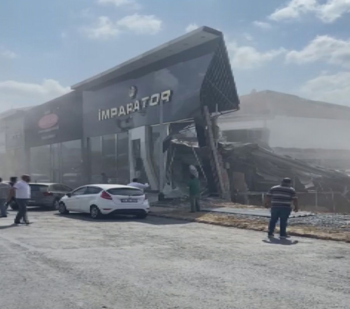 İstanbul İkitelli deki sanayi sitesinde bina çöktü #1