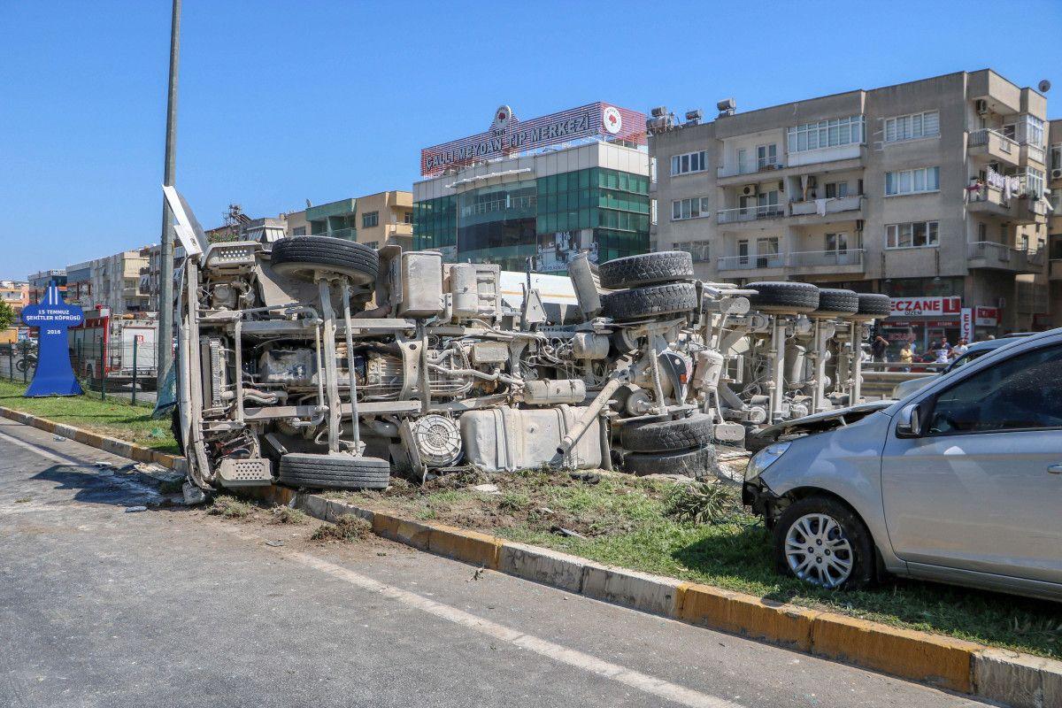 Antalya da kum yüklü kamyon, otomobile çarpınca devrildi #4