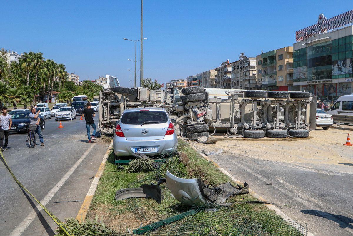 Antalya da kum yüklü kamyon, otomobile çarpınca devrildi #2