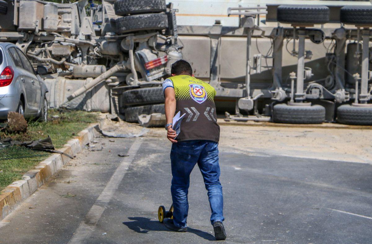Antalya da kum yüklü kamyon, otomobile çarpınca devrildi #5