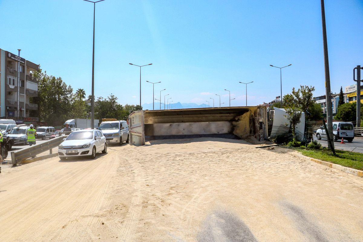 Antalya da kum yüklü kamyon, otomobile çarpınca devrildi #3