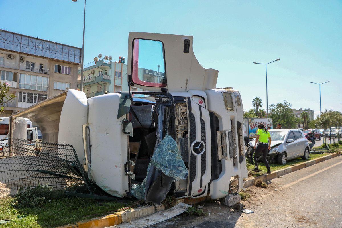 Antalya da kum yüklü kamyon, otomobile çarpınca devrildi #1