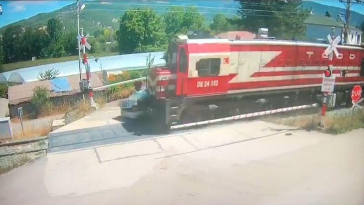 Amasya da bir otomobil, trenin altında kalmaktan son anda kurtuldu #5