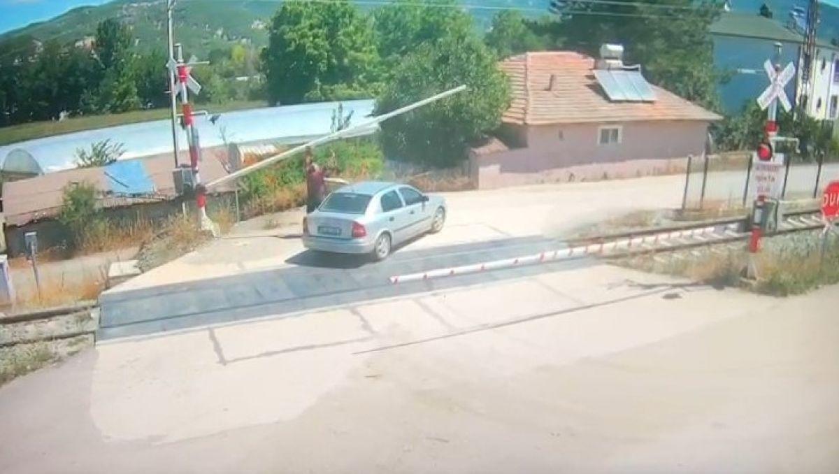 Amasya da bir otomobil, trenin altında kalmaktan son anda kurtuldu #3